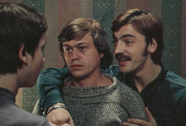 Николай Караченцов в 1967-м с отличием закончил Школу-студию МХАТ — и сразу начал сниматься в кино. Первые его роли были небольшими, зато сразу в культовых лентах Марка Захарова, например в «12 стульях» и «Доме, который построил Свифт». Роль в «Старшем сыне» — тоже из ранних, но считается одной из его лучших работ, которая и принесла ему первую славу.