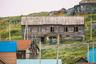 Старые дома в поселке, в его нижней части, возведены на фундаментах-подклетах из дикого бутового камня. Многие из них пустуют еще со времен СССР: после цунами на Курилах власти приказали переселить жителей выше, на сопку.