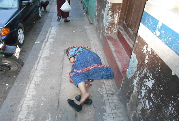Женщина без чувств на городской улице