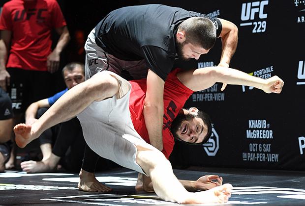Хабиб Нрумагомедов (в черной майке) на открытой тренировке UFC