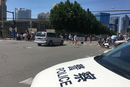 Китаец с ножом протаранил толпу на автомобиле