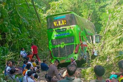 На популярном у россиян курорте туристический автобус сорвался в обрыв