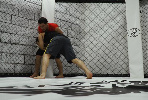 Марат Магомедов (спиной к клетке) и Тагир Уланбеков. Дружеский спарринг бойцов Eagles MMA