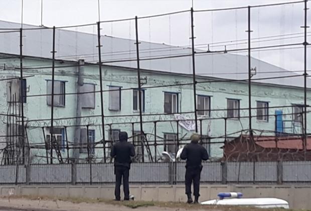 Заключенные вывесили простыню с надписью «Помогите»