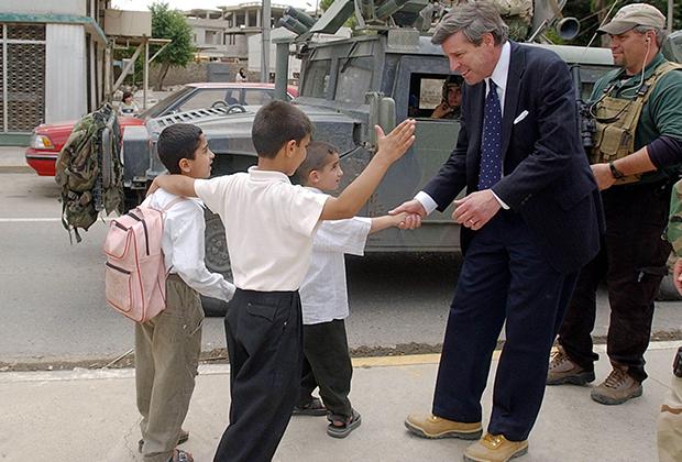 Пол Бремер и школьники в Мосуле, 2003 год