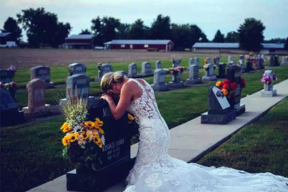 Убитая горем невеста пришла на могилу жениха в день свадьбы