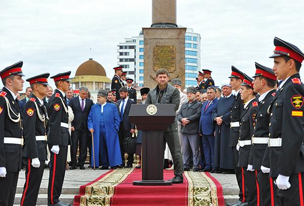 Глава Чеченской Республики Рамзан Кадыров (в центре) выступает на церемонии открытия празднования 200-летия города Грозного у стелы «Город воинской славы».