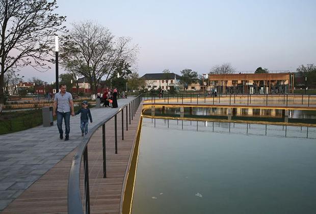 На территории парка имени Хусейна Бен Талала расположен сквер, построенный архитектурным бюро «Стрелка»