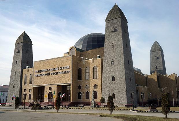 Чеченцы строили в своих селах башни для защиты от неприятеля со Средневековья. Теперь башня —неотъемлемая часть многих местных зданий. На фото Национальный музей Чеченской Республики