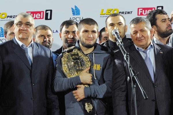 Хабиб (в центре) и Абдулманап (справа) Нурмагомедовы