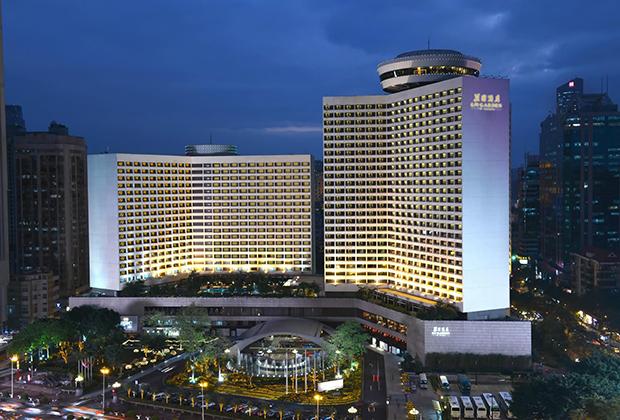 Комплекс отеля включает в себя 8 банкетных залов для проведения торжественных мероприятий и конференций, 9 ресторанов, открытый плавательный бассейн, фитнес-зал и SPA-центр.