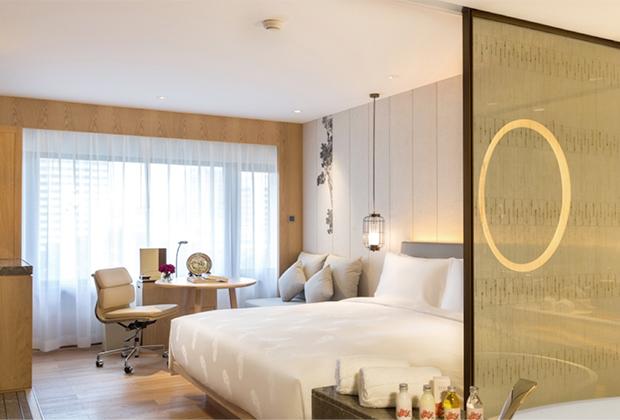 Номера отеля оформлены в классическом стиле с элементами кантонской культуры и оснащены всем необходимым.