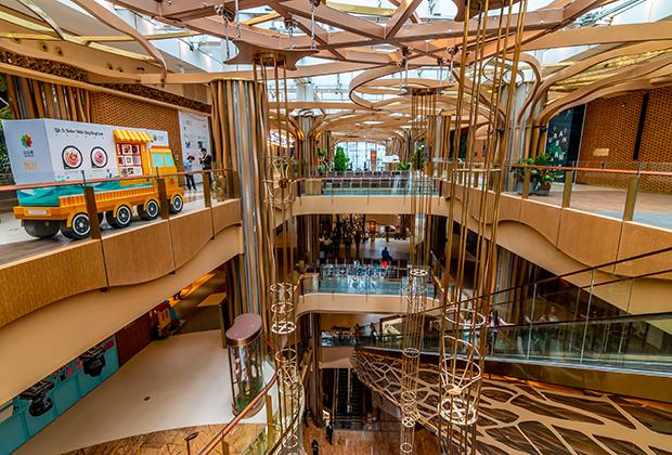 В Гуанчжоу можно найти шопинг на любой вкус и кошелек. В бесконечных торговых центрах — превосходные изделия из шелка и кашемира