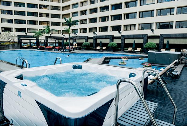 От дневного зноя можно отдохнуть в открытом бассейне отеля