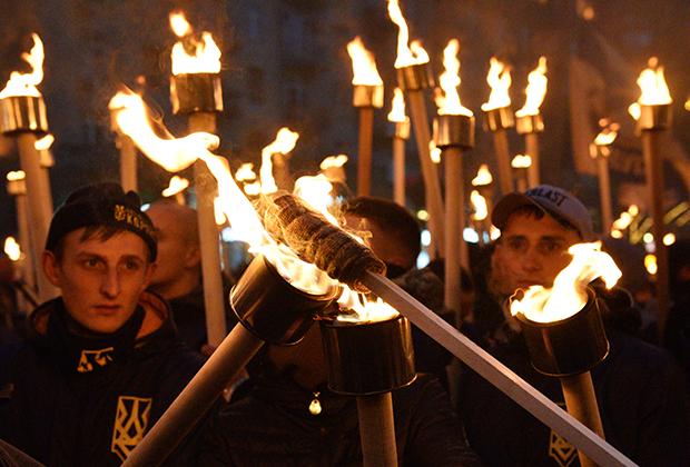 Члены Национального корпуса устраивают факельное шествие