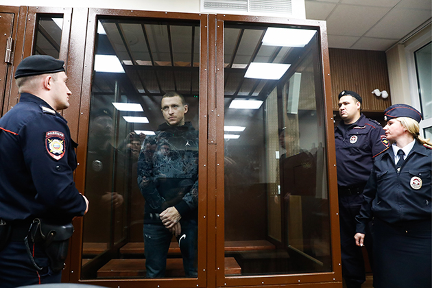 Павел Мамаев (в центре) в Тверском суде Москвы