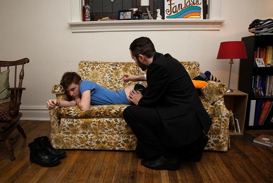 Друг Масси Джордж делает ему инъекцию тестостерона. 27 декабря 2012 года