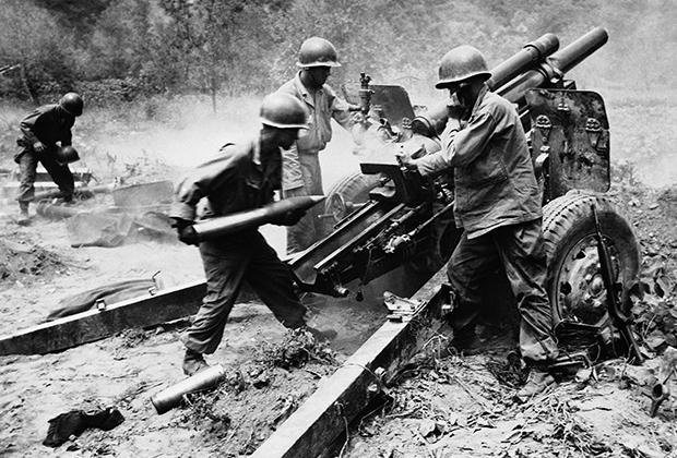 Американские артиллеристы ведут огонь во время Корейской войны
