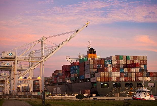 Китайское торговое судно в порту Окленда в Калифорнии