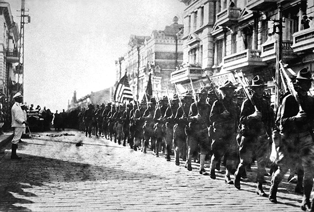 Американские солдаты маршируют перед штабом Чехословацкого корпуса. Владивосток, август 1918 года