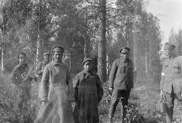 Два пленных большевика, отец и сын 13 лет. Север России, 1918-1919 годы