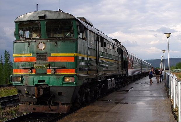 Тепловоз 2ТЭ10МGE-0884 с пассажирским поездом № 323 Томмот— Нерюнгри на станции Томмот. Июль 2011 года