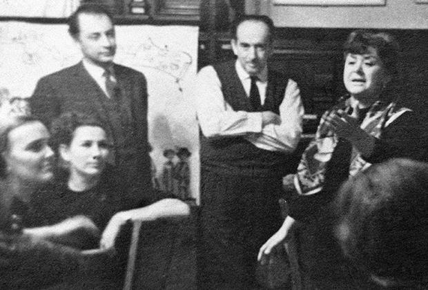 Александр Галич (в центре) на домашнем вечере в доме артистов Марии Мироновой (справа) и Александра Менакера (стоит слева)