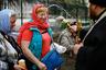 Священник окропляет верующих святой водой в Страстную пятницу. Славянск, Донецкая область Украины, апрель 2014 г.