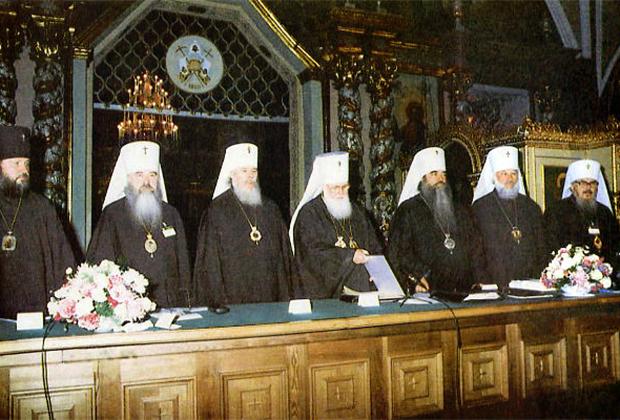 На фото слева направо: Кирилл (Гундяев), Ювеналий (Поярков), Алексий (Ридигер), Филарет (Денисенко), Филарет (Вахромеев), Владимир (Сабодан), Никодим (Руснак)
