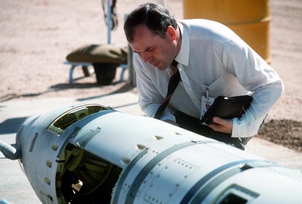 Советский инспектор изучает ракету «Томагавк» наземного базирования перед ее уничтожением в 1988 году