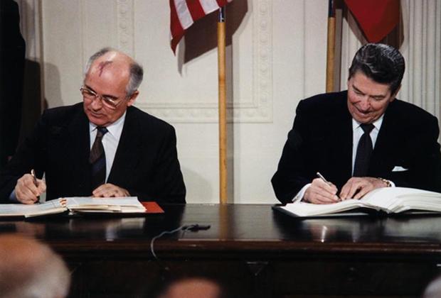 Михаил Горбачев и Рональд Рейган подписывают Договор об РСМД