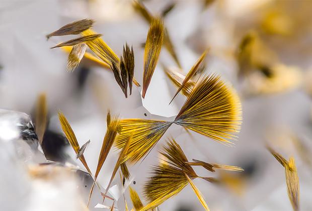 Игольчатые кристаллы гетита (оксид железа) на кварце из шахты Marmoraton. Онтарио, Канада.