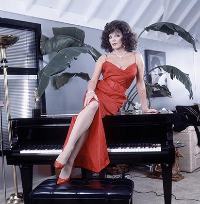 Джоан Коллинз в своем доме в Лос-Анджелесе, 1985 год