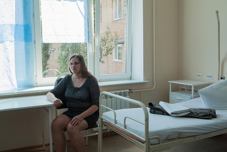 После восьми лет хождения по врачам генетики, наконец, направили ее сдавать анализ на кариотип. Так она узнала, что на 8-9-й неделе беременности у ее матери произошло нарушение в развитии эмбриона — изначально закладывался мужской, однако затем развитие пошло по женскому типу.