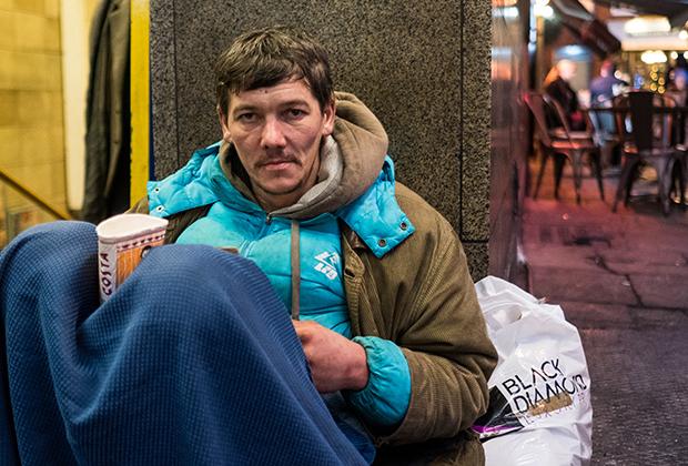 Бездомный Артур из Латвии говорит, что приехал в Великобританию, чтобы улучшить свою жизнь. Теперь он попрошайничает возле станции Лестер-Сквер в Лондоне.