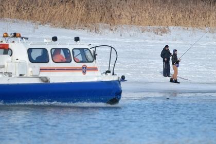 Глава МЧС предложил взыскивать с рыбаков на льдинах затраты на их спасение