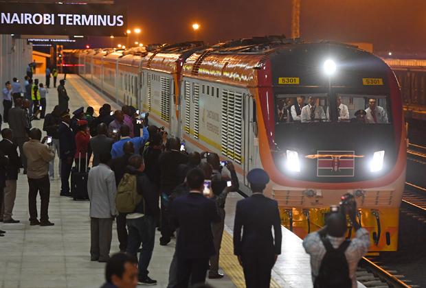 Первый поезд Standard Gauge Railway, прошедший по маршруту Момбаса — Найроби