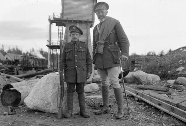 Русский 13-летний подросток и капеллан британской армии. Мурманск, 1919 г.