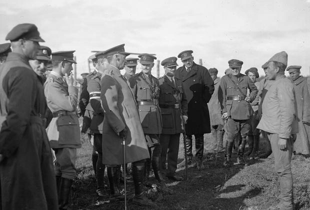Британский генерал Генри Сеймур Роулинсон допрашивает пленных красноармейцев. Север России, 1919 г.
