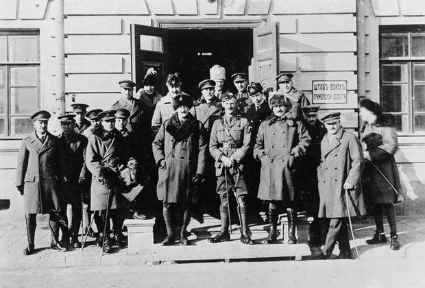 Генерал-майор Альфред Нокс (в центре в меховой шапке с кокардой) и штабные офицеры британской военной миссии в Сибири. Владивосток