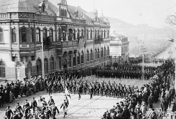 Британская пехота и военные моряки с крейсера «Саффолк» на параде в честь подписания Компьенского перемирия и окончания Первой мировой войны. Владивосток, 15 ноября 1918 г.