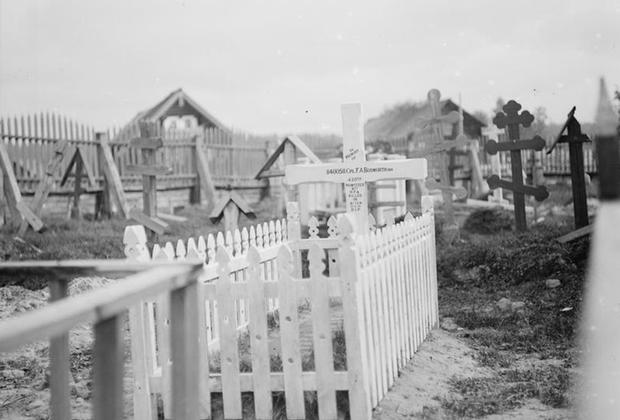 Могила капрала Ф.А. Босуорта на русском кладбище в деревне Лумбуши, Север России, 1919 г.