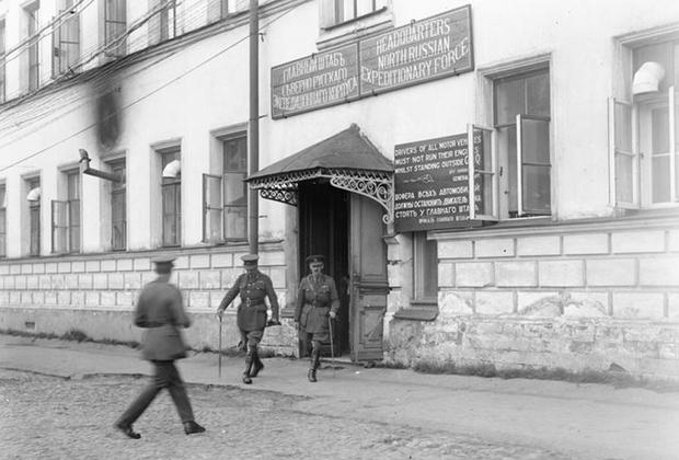 Британский генерал Генри Сеймур Роулинсон покидает штаб экспедиционного корпуса стран Антанты на севере России. Архангельск, 1919 г.