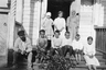 Крестьянин и русские дети на крыльце школы. Север России, лето 1919 г.