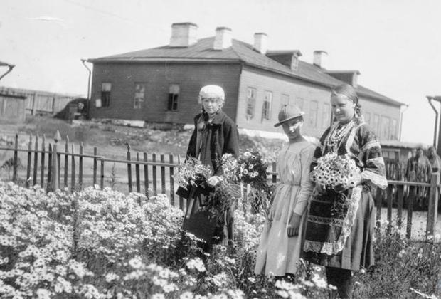 Русские девушки собирают цветы возле казарм Карельского легиона, сформированного британским военным командованием. Север России, Кемь.
