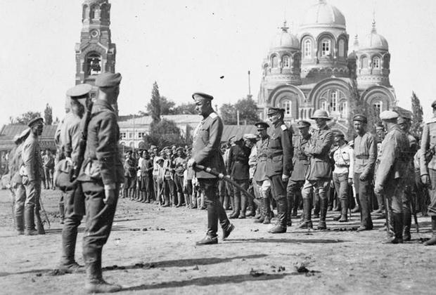 Генерал-лейтенант Владимир Сидорин в присутствии офицеров британской военной миссии на юге России выступает перед войсками белой Донской армии. Балашов, июль 1919 г.