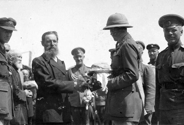 Офицер британской военной миссии на юге России (вероятно, майор Хадлстон Уильямсон) принимает хлеб и соль от старосты станицы Казанской на Дону. Лето 1919 г.