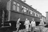 Майор Ллойд Дэвис и капитан Прикетт из британской военной миссии на юге России, капитан американской армии Белл и русский переводчик Молодовский возле железнодорожного вагона.
