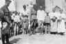 Офицер белой Донской армии полковник Дудаков и офицер британской военной миссии на юге России с семьей донского казака. Лето 1919 г.