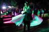 В пригородах люди также вернулись к обычной спокойной жизни. Здесь вместо звуков стрельбы слышен шум музыки на свадьбах.  <br><br> Жених поднимает невесту на руках, им хлопают собравшиеся гости... 31-летние христиане Руба и Антун после свадьбы намереваются остаться в Сирии, пока не появится возможность перебраться работать за границу. Руба работает на ООН, а Антун — ветеринар.